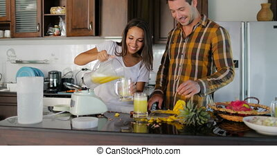 conversation, femme, dégustation, couple, lunettes, verser, jus, ensemble, homme, frais, sourire heureux, cuisine