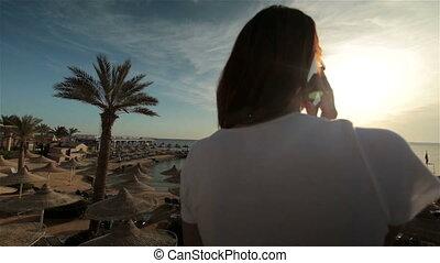 conversation, femme, recours, jeune, téléphone, coucher soleil, mer, plage, ou, levers de soleil
