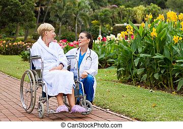 conversation, malade infirmière, dehors