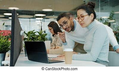 conversation, ordinateur portable, écran, regarder, collègues, partagé, bureau, informatique, fonctionnement