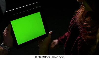 conversation, sur, groupe, tablette, regarder, écran, il, contenu, pc, vert, ligne, amis