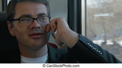 conversation, train, homme affaires, téléphone