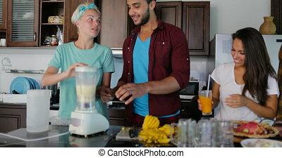 conversation, usage, femme, groupe, préparer, gens, sain, cuisine, jeune, ensemble, il, couples, smoothie, mixer, verser, homme, lunettes, deux, cuisine