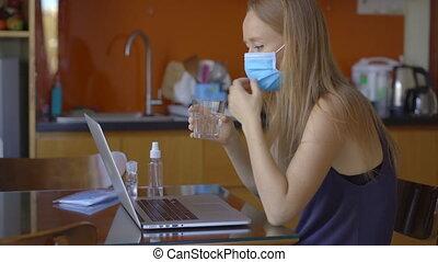 coronavirus, self-isolation, pendant, jeune femme, vidéo, séance, pourparlers, concept, distancing, par, period., elle, social, maison, quoique, visioconférence