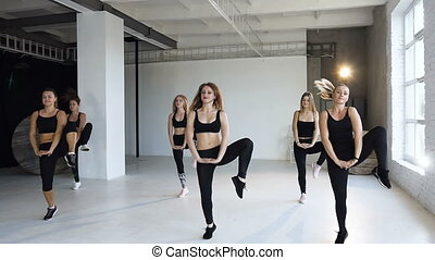 corps, classe, yoga, aérobic, gens, exécuter, pratiquer, centre., filles, jeune, ensemble, étape, intérieur, fitness, femme, fitness, exercices, groupe, joli, balance., aérobic