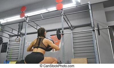 corps, girl, motion., boule aptitude, lent, séance entraînement, vêtements de sport, fin, fort, jeune, s'accroupit, athlète, haut, indoor., pendant, parfait, crossfit, training., femme, exercisme, médecine, femme, gym.