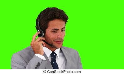 costume homme affaires, gris, sur, parler, casque à écouteurs