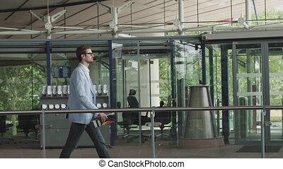 costume, middle., suivant, marche, vue, bureau, bureau, contempler, pensif, sien, grand, homme affaires, côté, affaire, ahead., désinvolte, regarder