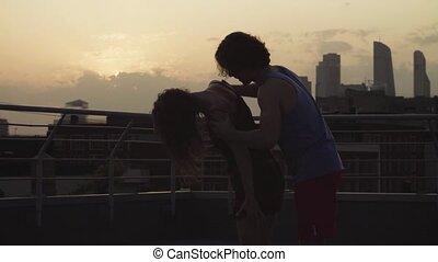 coucher soleil couples, jeune, danse