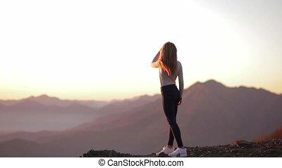 coucher soleil, girl, après, apprécier, vue, apprécie, falaise, beau, regarder, femme, sommet, célébrer, séjour, accomplissement, bord, montagne, voyage, aventure, jeune, escalade, stands, indépendant