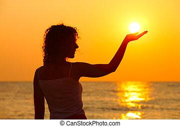coucher soleil, tenant main, soleil, beau, plage, femme, regarder debout, jeune