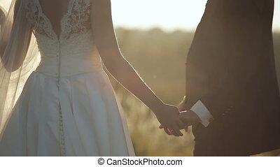 coucher soleil, tenue, palefrenier, mariée, mains, jeune