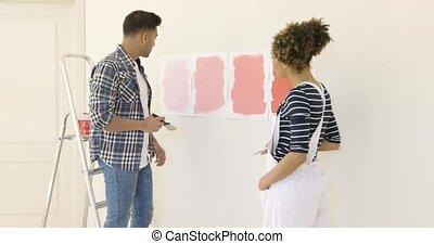 couleur, couple, jeune, discutant, peinture, nouveau