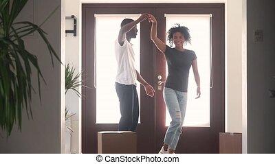 couloir, acheteurs, danse, couple, africaine, temps, maison, premier, heureux
