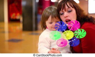 coup, jouet, fille, genoux, asseoir, mères, ventilateur, ils
