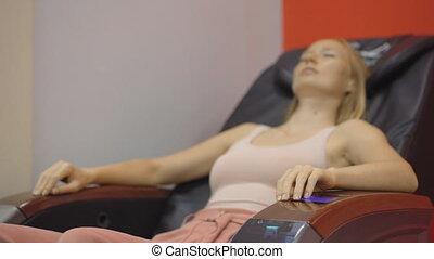 coup, poche, séance, chaise massage, automatique, jeune femme