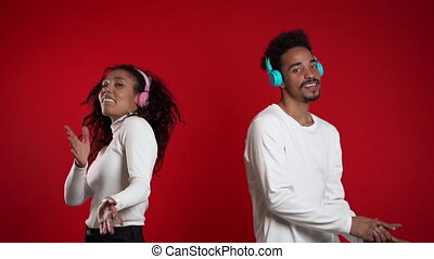 couple, écouteurs, bonheur, isolé, musique, africaine, fête, américain, concept., fond, jeune, studio., rouges, danse