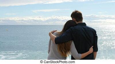 couple étreindre, contempler, océan