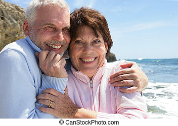 couple étreindre, oceanside, mûrir