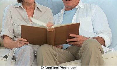 couple, album, regarder, photo, retiré