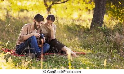 couple, appareil photo, jeune, regarde