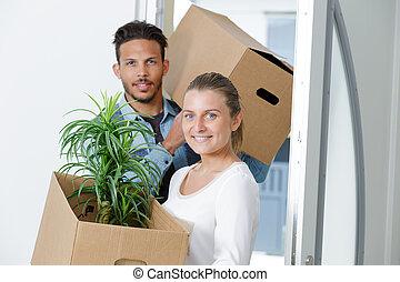 couple, appartement, en mouvement, nouveau