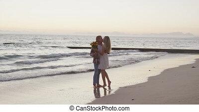 couple, apprécier, leur, caucasien, bord mer, temps