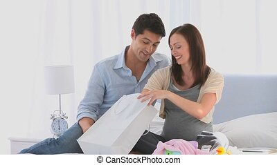couple, après, achats, leur, lit