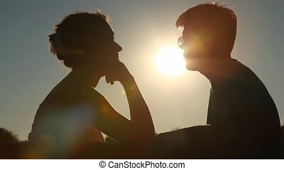 couple, assied, silhouettes, banc