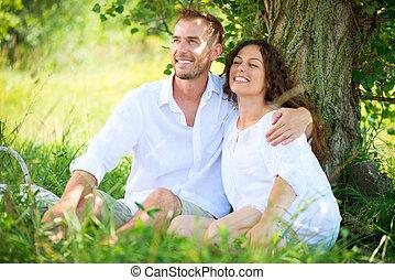 couple, avoir, heureux, jeune famille, extérieur, pique-nique, park.