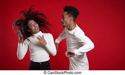 couple, bonheur, isolé, musique, africaine, fête, américain, concept., fond, jeune, studio., rouges, danse