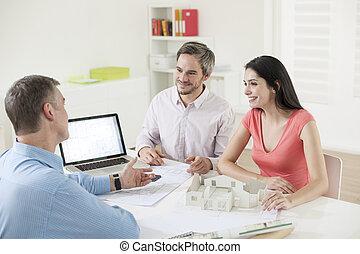 couple, construction, réunion, jeune, planificateur