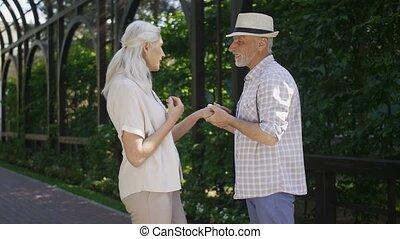 couple, engagé, regarder, appareil photo, personne agee, sourire