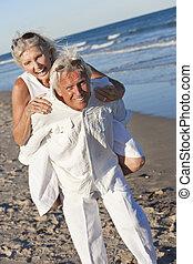 couple, exotique, amusement, personne agee, plage, avoir, heureux