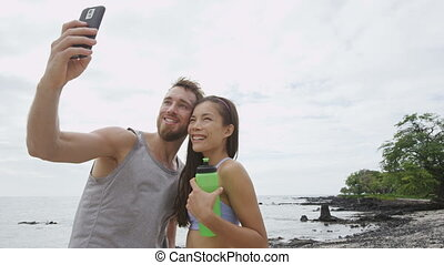 couple, fitness, fonctionner, prendre, séance entraînement, selfie