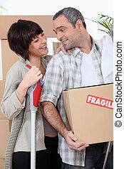 couple, fragile, marqué, boîtes, en mouvement, nouvelle maison