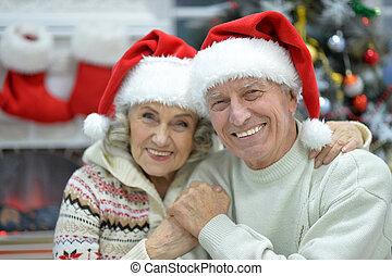 couple, haut, chapeaux, fin, portrait aîné, santa