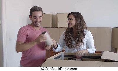 couple, heureux, boîtes, déballage, carton, remplir