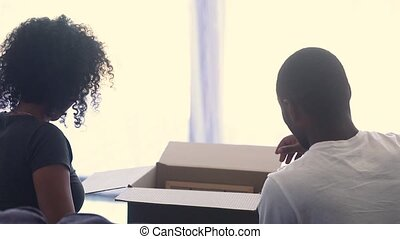 couple heureux, boîtes, ensemble, américain, africaine, vue, arrière, déballage