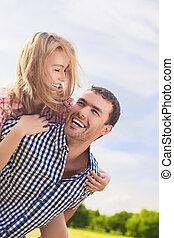 couple, heureux, jeune, portrait, caucasien, gai, piggybacki