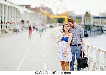 couple, heureux, marche, dehors