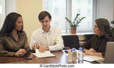 couple, hypothèque, agent immobilier, contrat, multiethnic, signer, bureau.