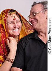 couple, indien, autre, personne agee, regarder, chaque