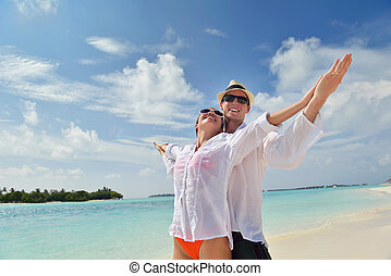 couple, jeune, amusez-vous, plage, heureux