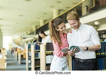 couple, jeune, bibliothèque
