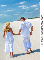 couple, jeune, exotique, courant, tenant mains, plage, heureux