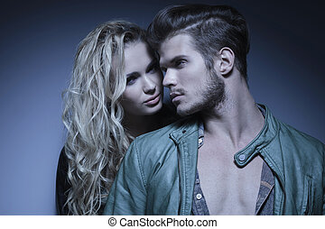 couple, jeune, mode, embrassé