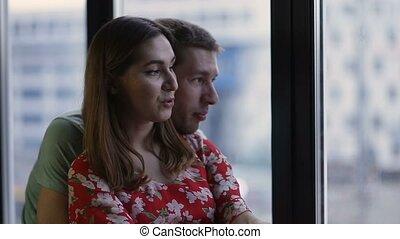 couple, jeune regarder, fenêtre, par, paisible