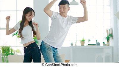 couple, jeune, salle, maison, danse, vivant, heureux