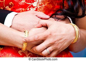 couple, jour mariage, tenant mains